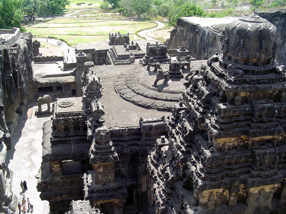 अजंता और महाबलीपुरम नामक दो ऐतिहासिक स्थानों में क्या समानता  है?